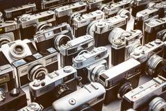 Retro- angeredetes Bild von alten Fotokameras auf einem Fliehungsmarkt Stockfotos