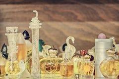 Retro- angeredetes Bild von alten Parfümflaschen lizenzfreie stockbilder