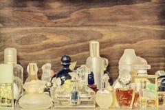 Retro- angeredetes Bild von alten Parfümflaschen stockbild