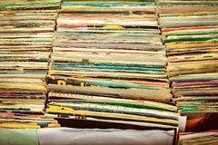 Retro- angeredetes Bild von Kästen mit Vinyldrehscheibenaufzeichnungen Lizenzfreie Stockbilder