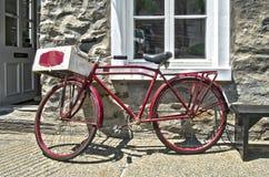 Retro- angeredetes rotes Fahrrad Lizenzfreie Stockfotografie