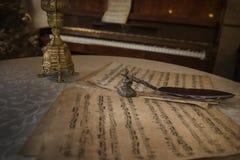 Retro anmärkningar och ett piano av den tid Arkivfoton