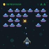 Retro- Arcade-Spiel-Schirm mit Pixeleindringlingen und -raumschiff Alte Vektorgrafik des Bits des Raumkriegscomputers 8 lizenzfreie abbildung
