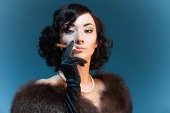 Retro- Artfrau mit Zigarre Stockfotos
