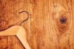 Retro attaccapanni su fondo di legno rustico, vista superiore Immagini Stock Libere da Diritti