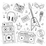 Retro attrezzatura musicale dell'insieme disegnato a mano Giradischi, chitarra, cuffie, cassetta, vinile, microfono isolato su bi Fotografia Stock