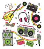 Retro attrezzatura musicale dell'insieme disegnato a mano Giradischi, chitarra, cuffie, cassetta, vinile, microfono, macchina fot Fotografie Stock Libere da Diritti