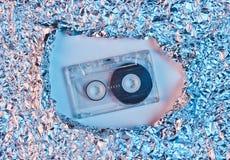 Retro audio cassetta nello spazio sgualcito lacerato della stagnola fotografia stock libera da diritti