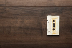 Retro- Audiokassette über hölzernem Hintergrund Stockfotos