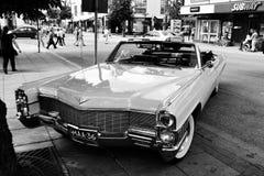 Retro- Auto auf der Straße Lizenzfreie Stockbilder