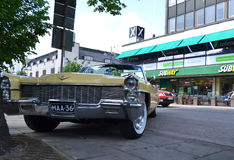 Retro- Auto auf der Straße Lizenzfreie Stockfotografie