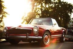 Retro- Auto auf der Straße Lizenzfreies Stockfoto