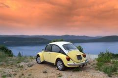 Retro auto bij zonsopgangkust royalty-vrije stock foto's