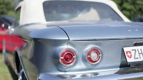 Retro- Auto der Ausstellung draußen stock video