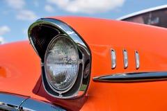 Retro- Auto des Scheinwerfers auf Hintergrund des bewölkten Himmels weinlese Stockfotos