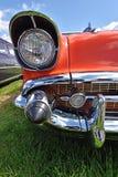 Retro- Auto des Scheinwerfers auf Hintergrund des bewölkten Himmels weinlese (Luxur Lizenzfreies Stockbild