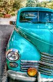 Retro auto dichtbij het park royalty-vrije stock fotografie