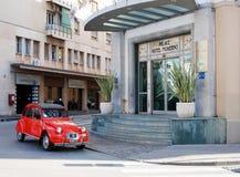 Retro auto die van Citroën 2CB onderaan de straat in de Italiaanse stad gaan Royalty-vrije Stock Afbeeldingen