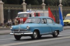 Retro- Auto an erster Moskau-Parade des Stadt-Transportes Stockfoto