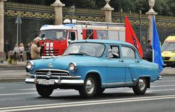Retro- Auto an erster Moskau-Parade des Stadt-Transportes Lizenzfreies Stockfoto