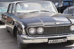 Retro auto Ford Fairlane 500 de versie van 1960 Stock Foto