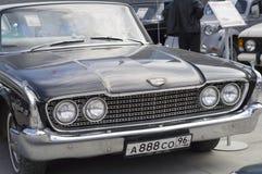 Retro auto Ford Fairlane 500 de versie van 1960 Royalty-vrije Stock Foto