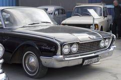 Retro auto Ford Fairlane 500 de versie van 1960 Royalty-vrije Stock Foto's