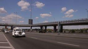 Retro- Auto geht auf der Autobahn stock video
