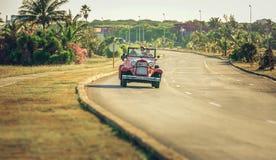 Retro auto met toeristen Royalty-vrije Stock Afbeelding