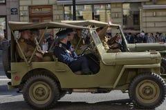 Retro auto op een militaire parade stock afbeelding