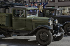 Retro auto op een militaire parade Stock Foto's