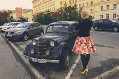 Retro auto op een stadsstraat in Moermansk Stock Afbeelding