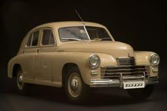 Retro auto op een zwarte achtergrond Royalty-vrije Stock Fotografie