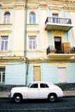 Retro auto op straat royalty-vrije stock afbeelding