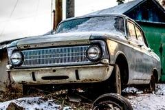 Retro auto in sneeuw wordt behandeld die royalty-vrije stock afbeelding