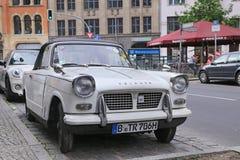 Retro- Auto Triumph Ritish im Mitte-Bezirk Lizenzfreie Stockfotografie