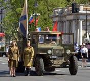 Retro auto van Wereldoorlog II en vrouwen in militaire eenvormig, royalty-vrije stock foto