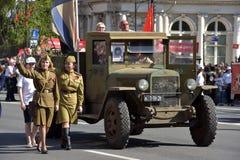 Retro auto van Wereldoorlog II en vrouwen in militaire eenvormig, Stock Afbeeldingen