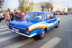 Retro auto Volga GAZ 24 op het Olympische toortsrelais Royalty-vrije Stock Foto's