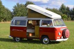 Retro auto, Volkswagen-bus 1969, het kamperen model Stock Foto