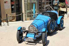 Retro auto wordt tentoongesteld om toeristen dichtbij het automuseum in Malta, Europa aan te trekken dat royalty-vrije stock afbeeldingen