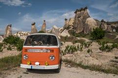 Retro autobus w jama domu Czarodziejskie komin skały ono rozrasta się w Pasabag, michaelita dolina, Cappadocia, Turcja Zdjęcie Royalty Free