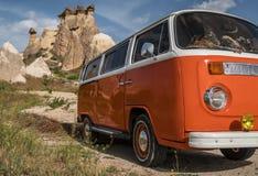 Retro autobus w jama domu Czarodziejskie komin skały ono rozrasta się w Pasabag, michaelita dolina, Cappadocia, Turcja Obrazy Royalty Free