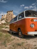 Retro autobus w jama domu Czarodziejskie komin skały ono rozrasta się w Pasabag, michaelita dolina, Cappadocia, Turcja Zdjęcia Royalty Free