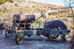 Retro automobile arrugginita in alto deserto immagini stock