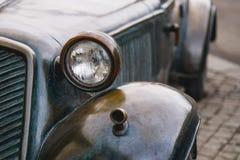 retro automobile bronzea del faro in tempo della pioggia Immagine Stock