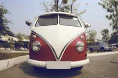 Retro automobile di Volkswagen sulla via Immagini Stock Libere da Diritti