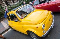 Retro automobile gialla d'annata di Fiat nei saloni dell'automobile classici il giorno dell'Australia Fotografie Stock