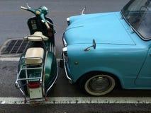 Retro automobile parcheggiata vicino alla retro motocicletta fotografia stock libera da diritti