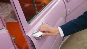 Retro automobile rosa su nozze stock footage